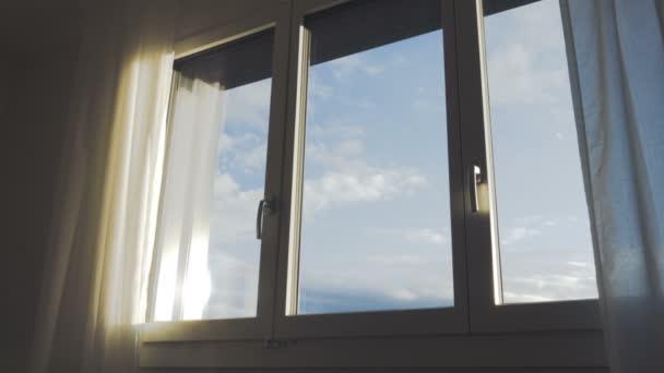 Letní mraky z okna