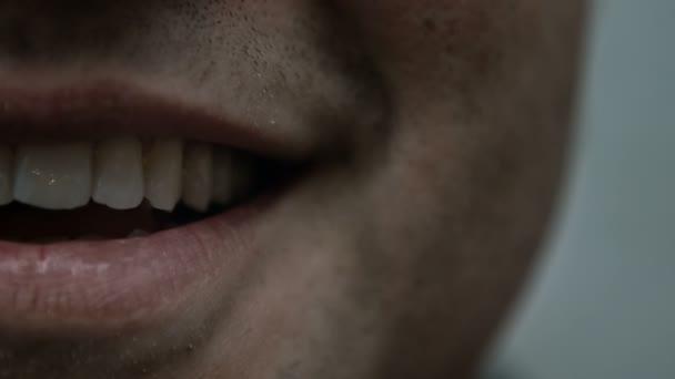 Jedna strana člověka se usmíval a ústa