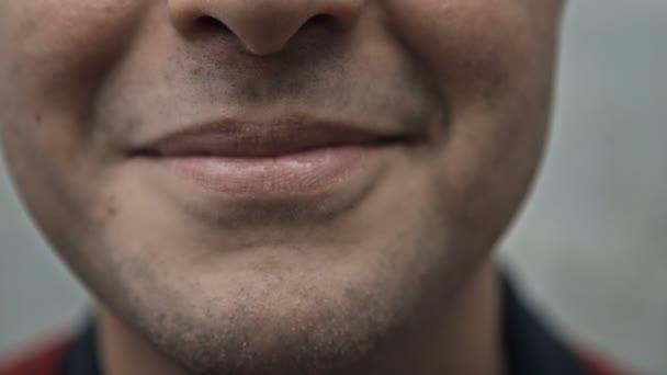Dolní polovina lidské tváře, s úsměvem
