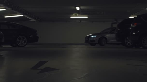 Auto světla bliká, zářivě pohybující se směrem k fotoaparátu