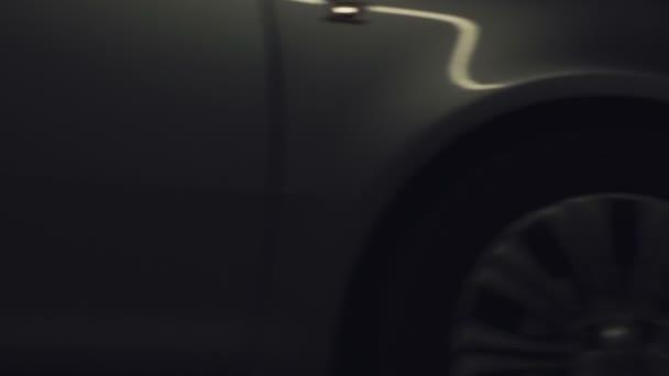 Auto světla bliká, zářivě pohybující se směrem k fotoaparátu 2