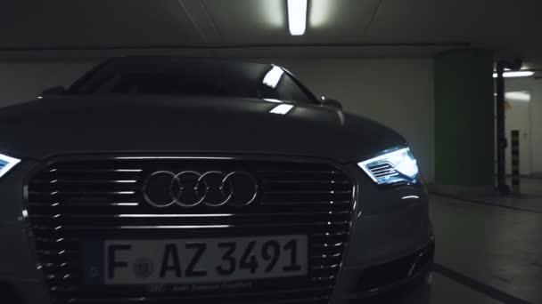 Auto světla blikat a pak sviť jako fotoaparát táhne zpět