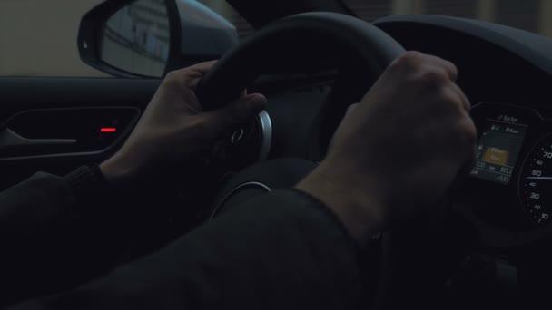 Ruce na volant za jízdy