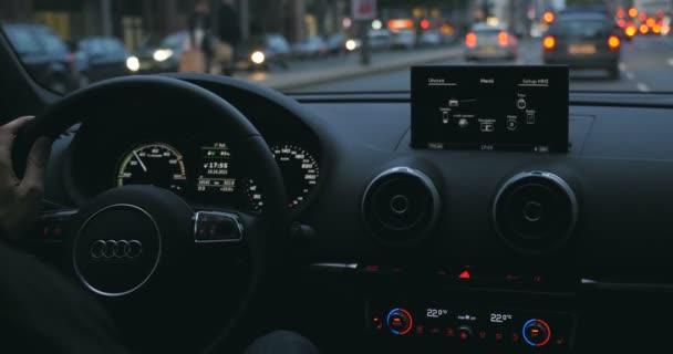 Volant Audi a řídicího panelu při jízdě