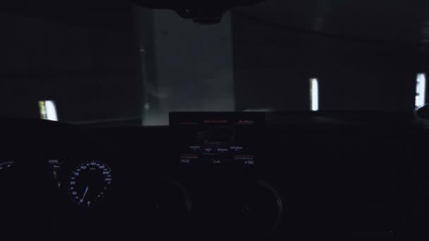 Řídicí panel Audi a digitální displej během jízdy