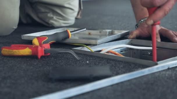 Fixierung von Internet Leitungen auf die Bodendose — Stockvideo ...