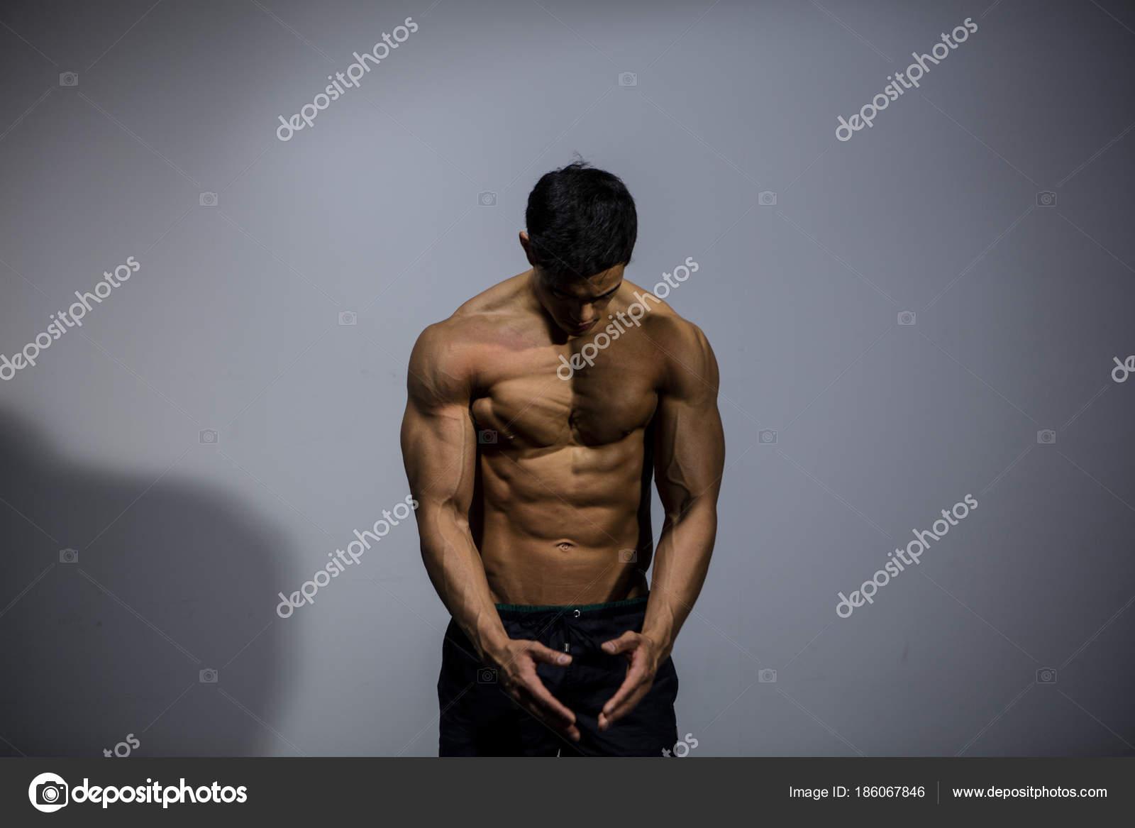 Männlichen Fitness-Modell Brust Muskeln — Stockfoto © nektarstock ...
