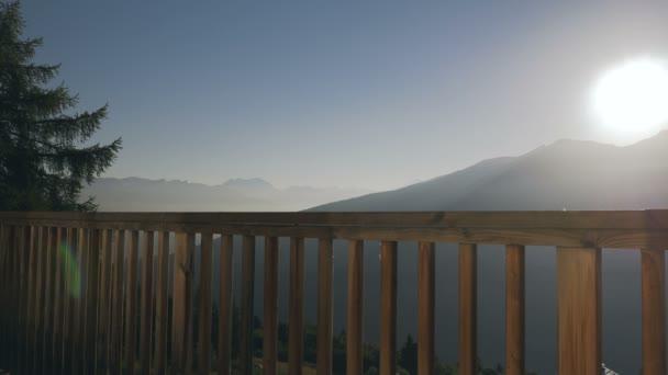 Švýcarských Alp Sunrise za balkon zábradlí