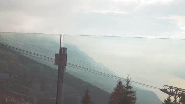 Jezero Garda a Italské Alpy za sklem