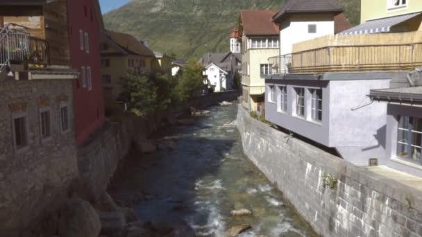 Locarno domy na řece Maggia