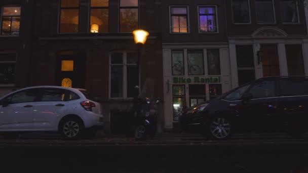 Cestovní amsterdamském kanále za soumraku při natáčení ulice