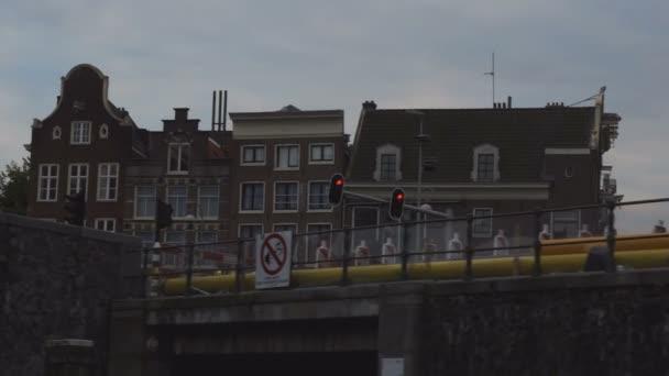 Amsterdam chodci, ulice a architektury při plavbě přes kanál