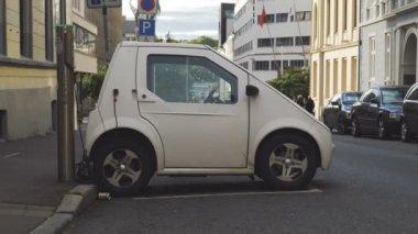 Frans Elektrische Auto Renault Zoe Heffing Op Straat Stockvideo