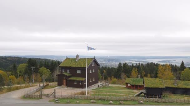 Hagyományos norvég ház és Oslo városkép a láthatáron