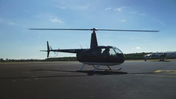 Hubschrauber auf einer Landebahn Seitenansicht