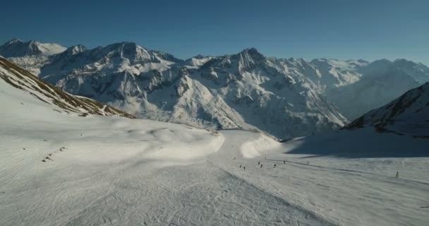 Panorama majestátní zasněžené hory a sjezdovky