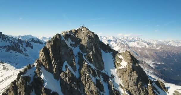 Skupina lidí a náboženské kříž na vrchol hory Alpy