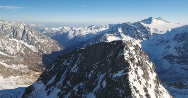 Rozeklané horské vrcholy Alp v Itálii antény
