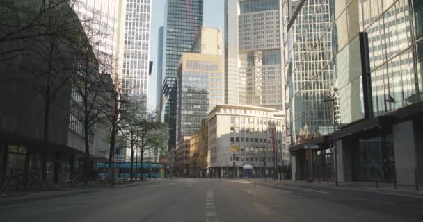 Bankenviertel Office Mrakodrapy a prázdná ulice během uzamčení