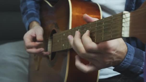 Veď akustickou kytaru sólo zblízka pohled. Rock song akustické sólo hrající na kytaru. Prsty hrající na sólovou kytaru