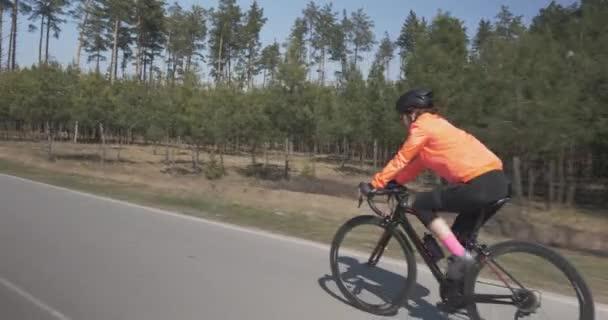 Žena na kole na motorce. Ženská v parku. Holka šlape na kole. Koncept triatlonu