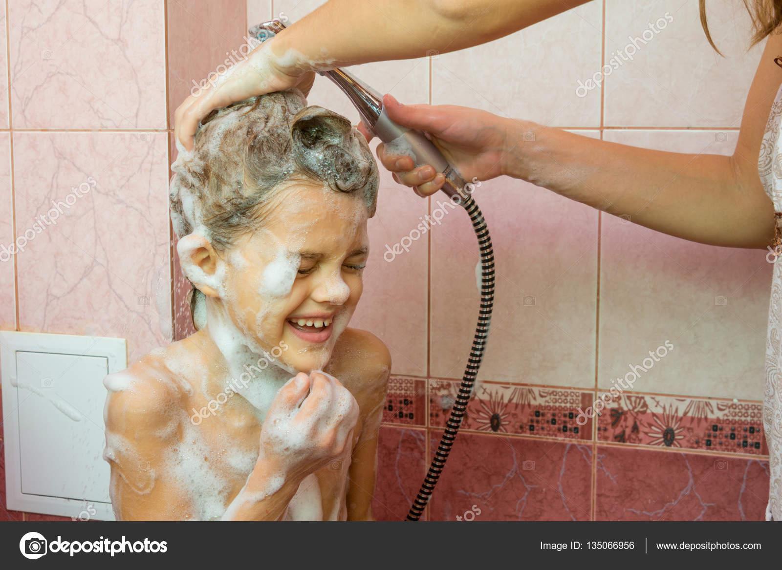 Сын подглядывает за матерью в бане, Порно сын подглядывает за мамой в бане HD 23 фотография