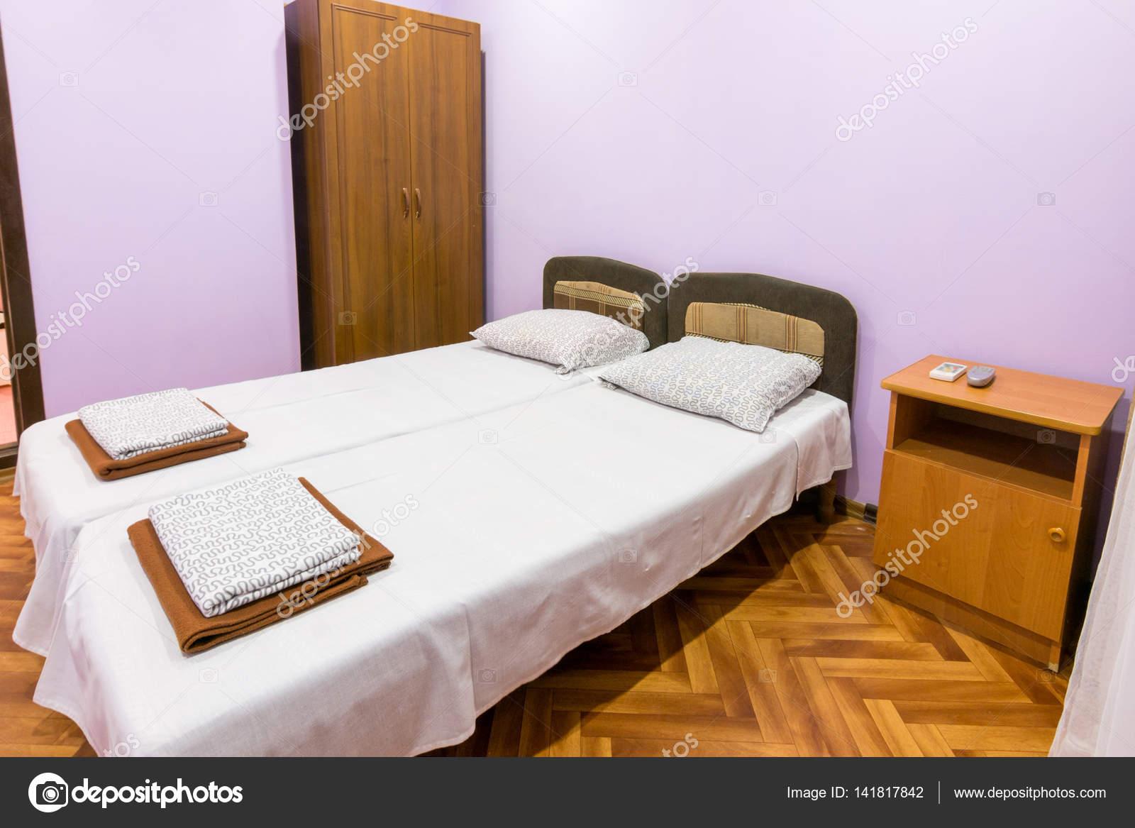 Kleine Slaapkamer Kledingkast : Het interieur van een kleine kamer met een tweepersoonsbed een
