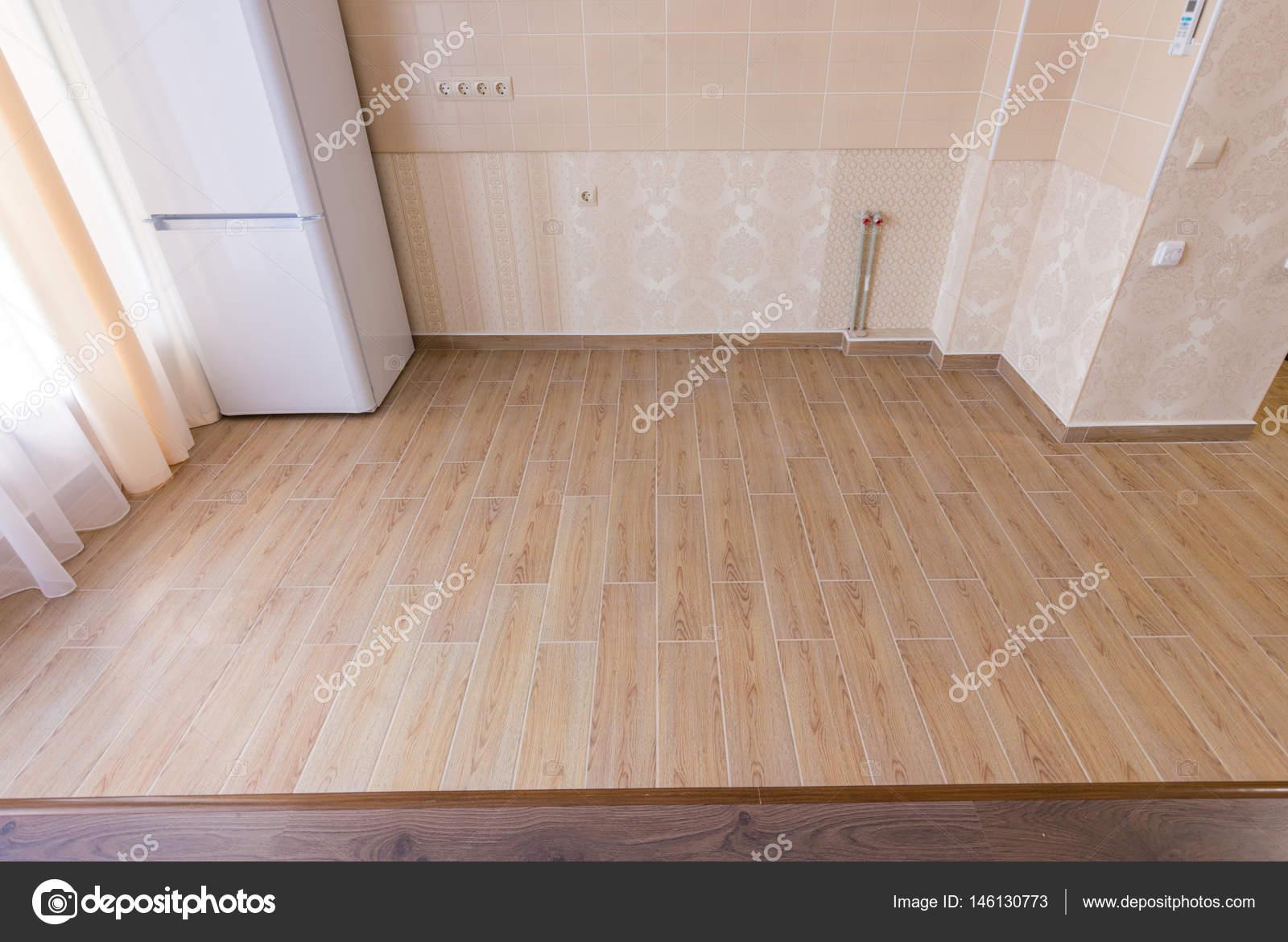 Zonering van de vloer in de keuken van interieur, keramische tegels ...