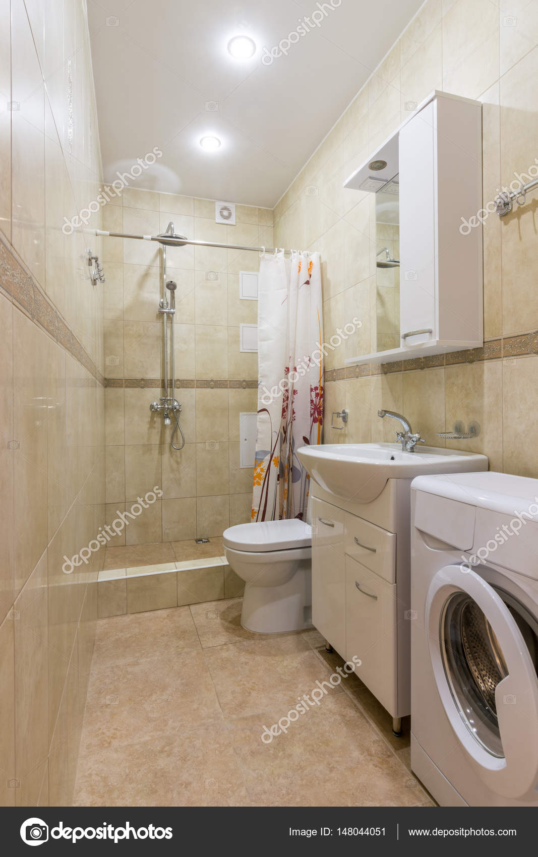 Interior de un cuarto de baño, un aseo combinado y ducha — Foto de ...