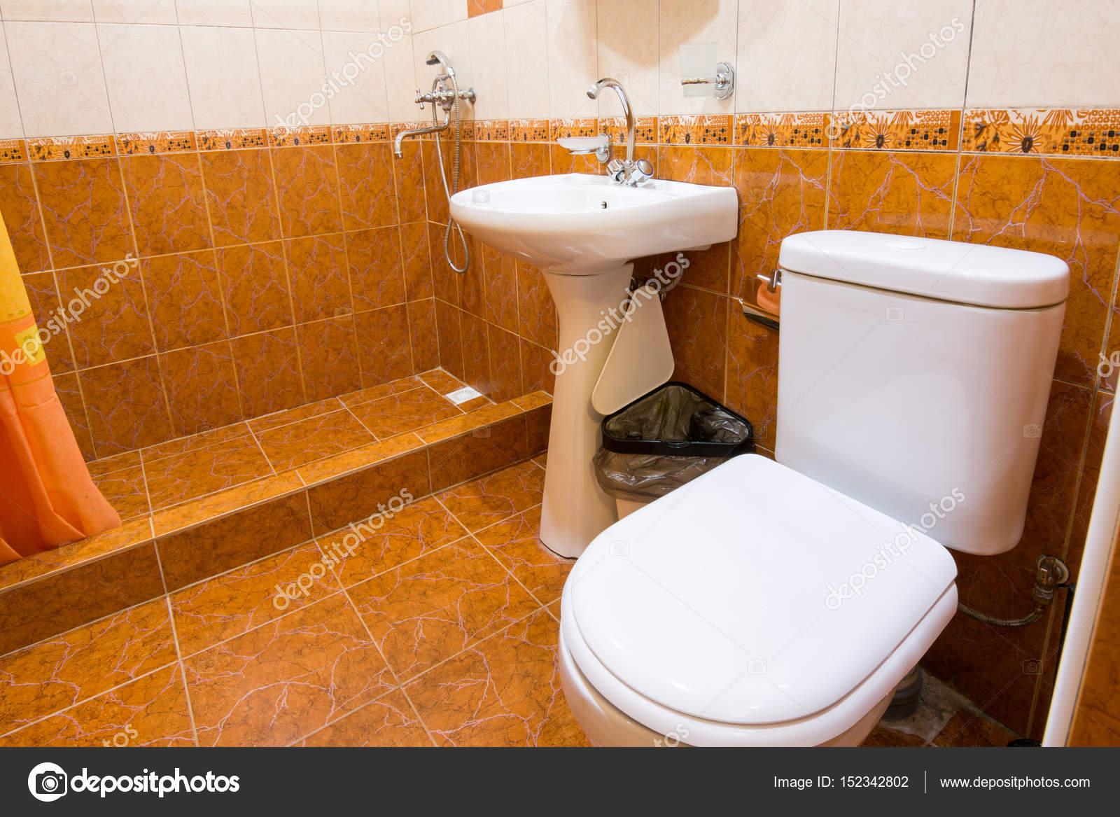 Bad Mit Wc Im Hotel Dusche Waschbecken Und Toilette Kombiniert