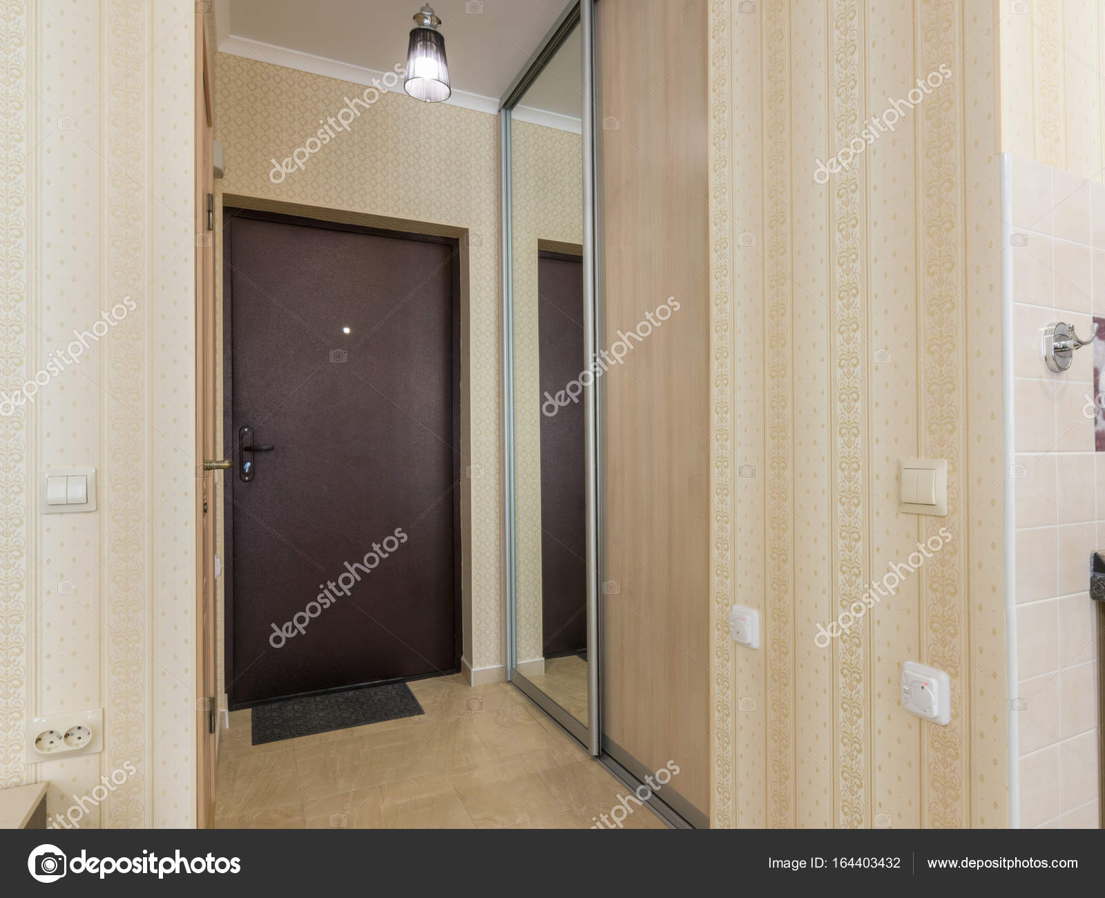 Corridoio d ingresso interni porta d ingresso e armadi u foto
