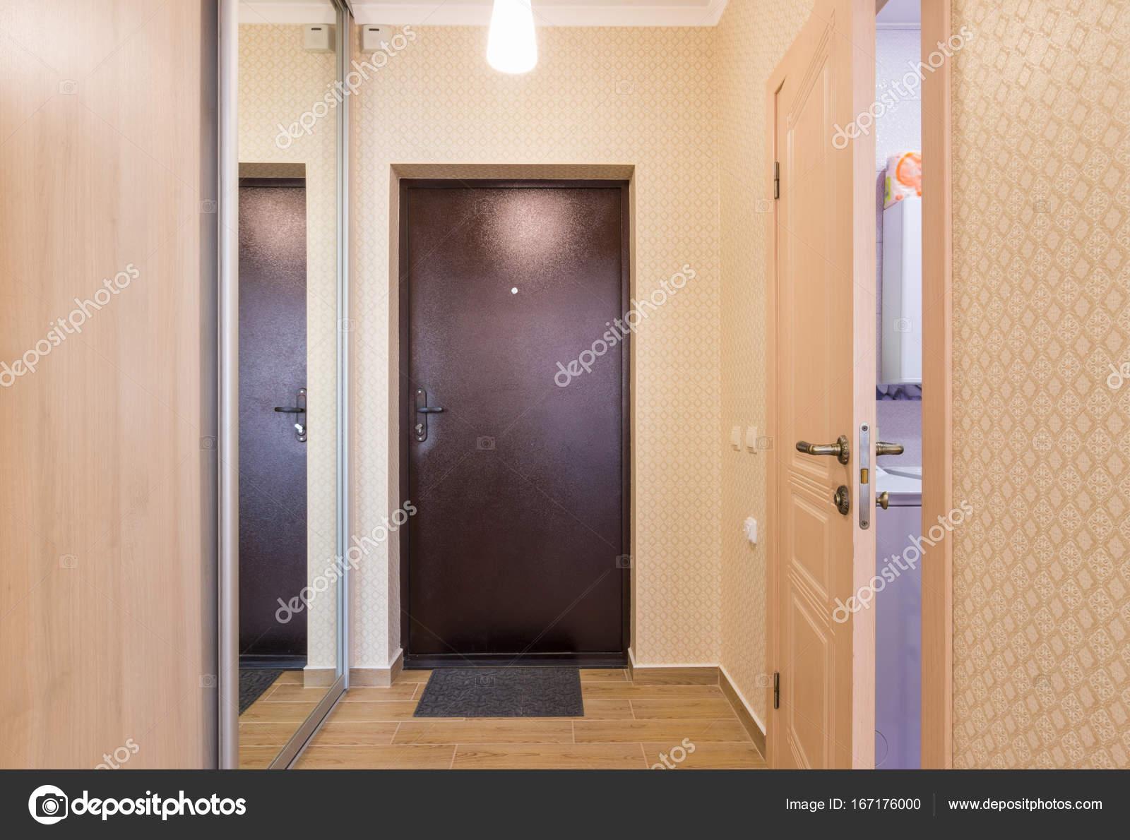 Eingangsbereich, Interieur, Eingangstür, Einbauschränke und eine ...