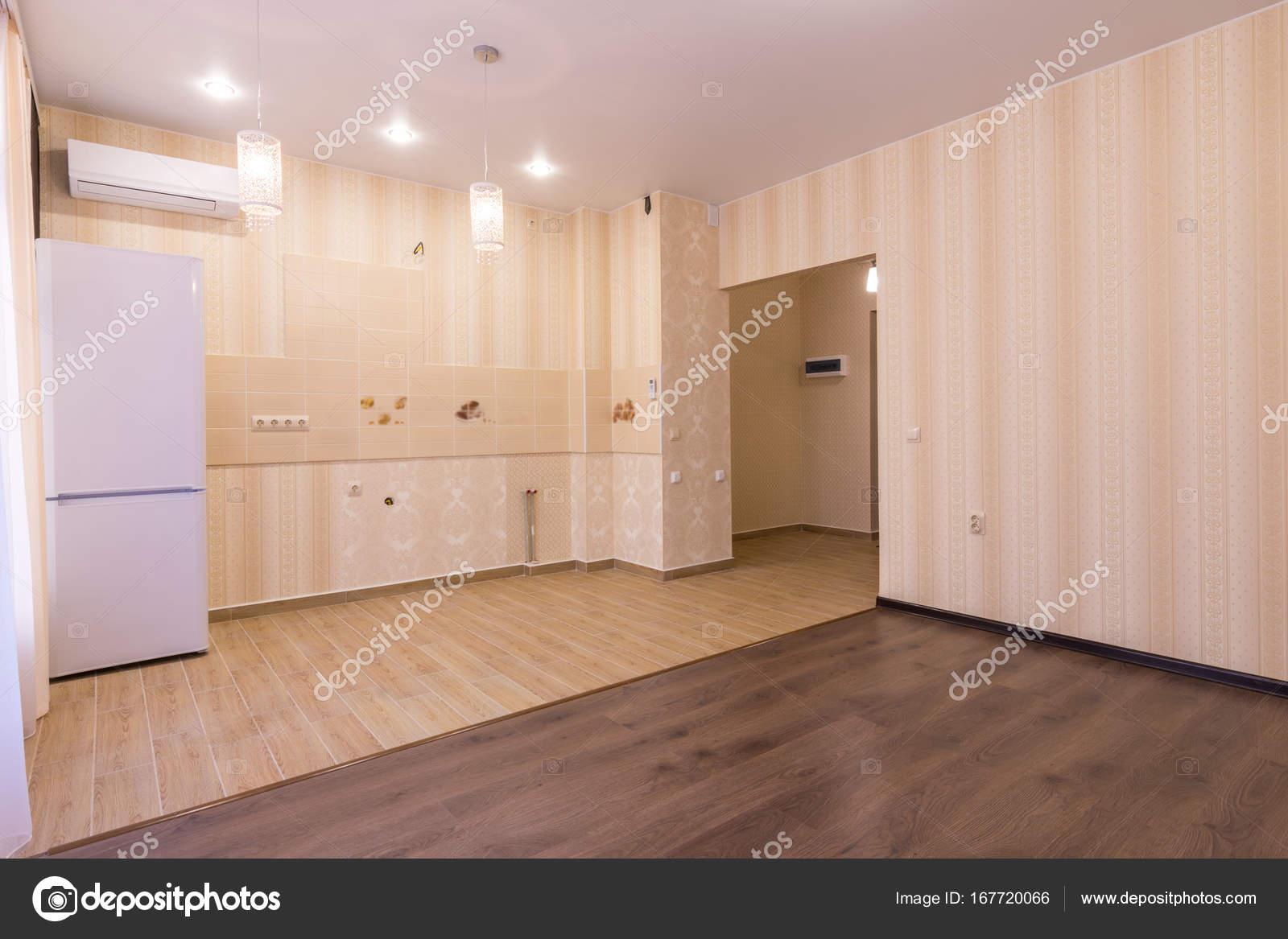 Interno del monolocale, ingresso alla sala e cucina senza un ...