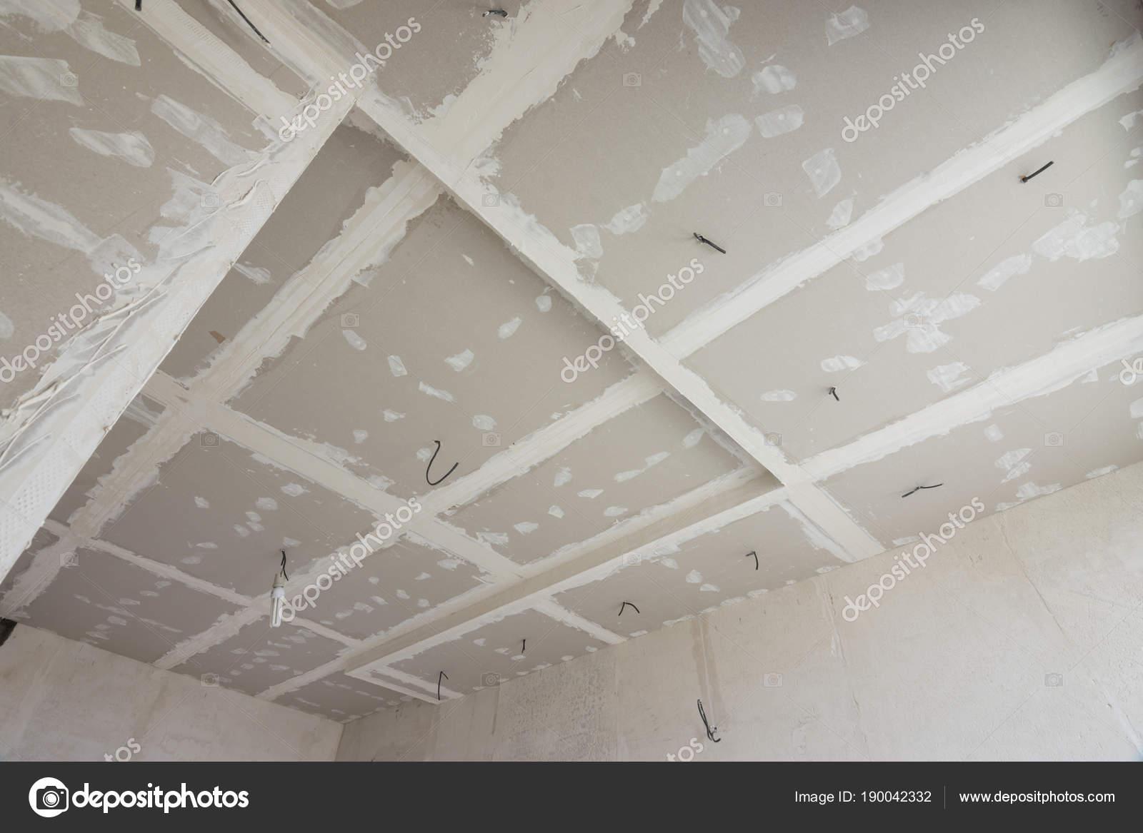 El techo de la habitaci n cubierta con laminas de drywall for Techos en drywall para habitaciones