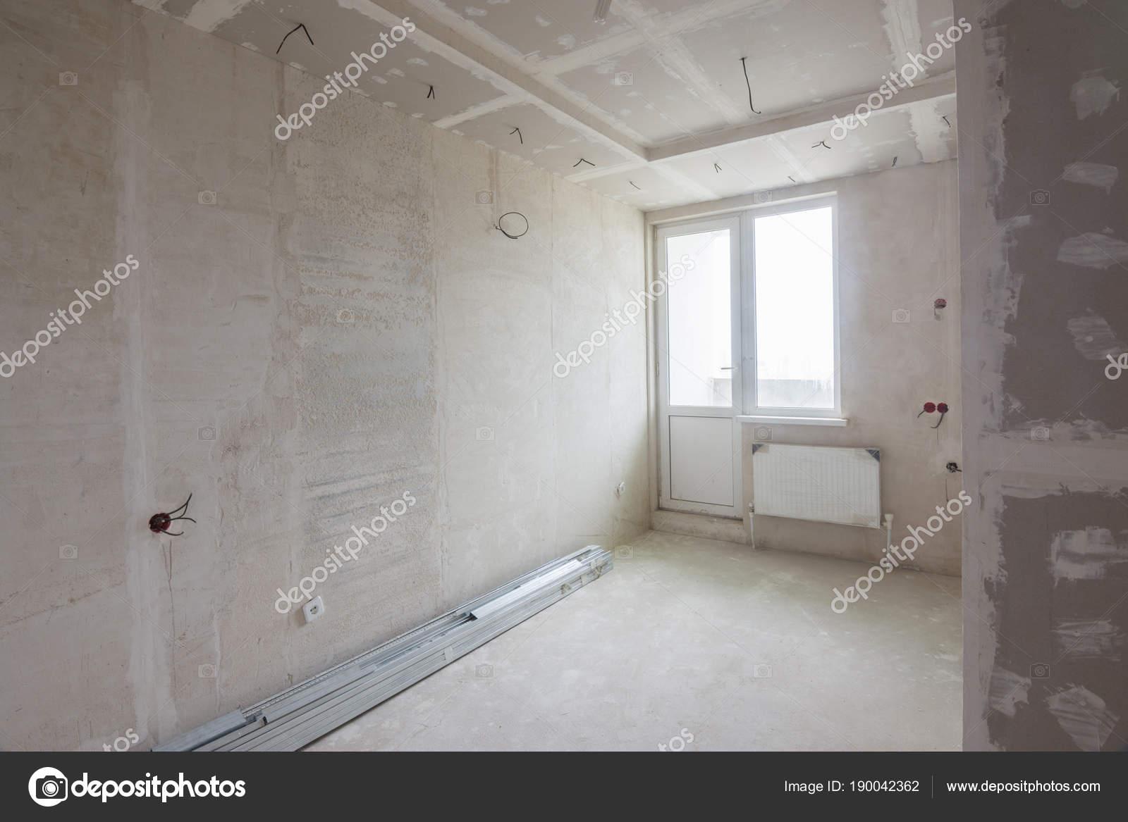 Innenraum der renovierten Zimmer in einem Neubau, verputzte Wände ...