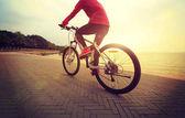 Fényképek fiatal nő, lovaglás, kerékpár