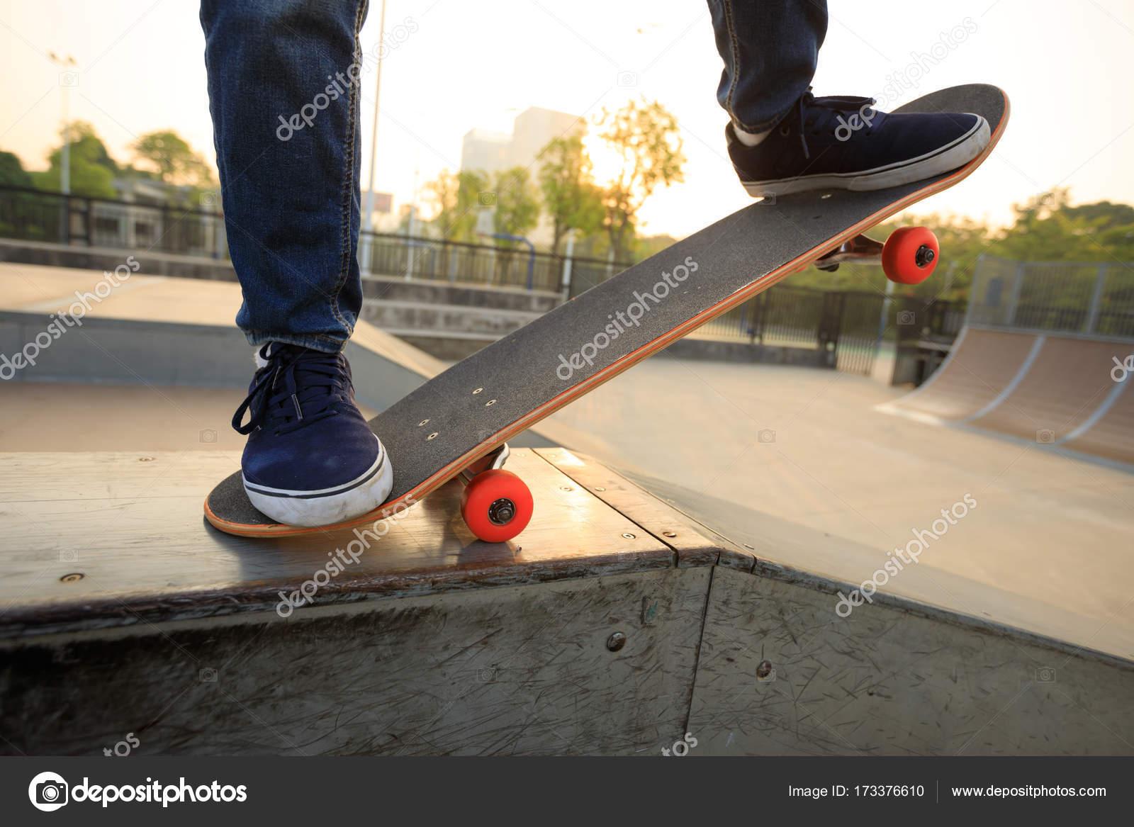 Skateboarder Uben Auf Rampe Stockfoto C Lzf 173376610