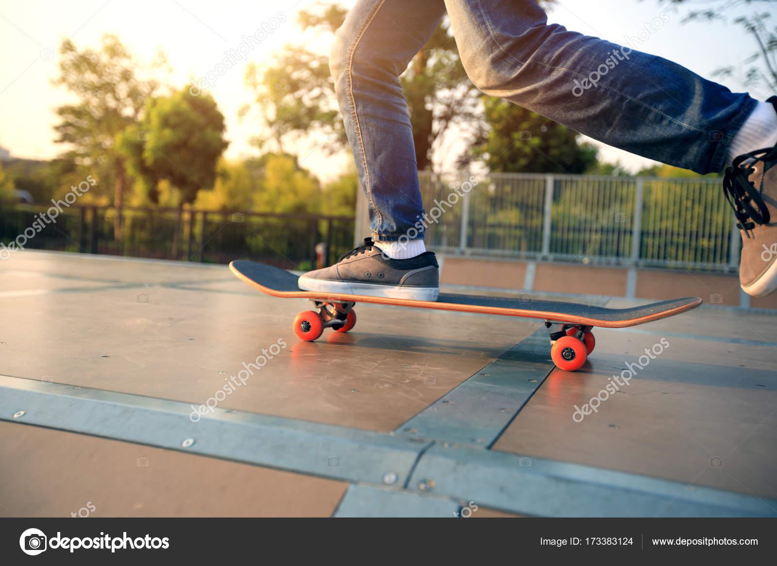 Skateboarder Uben Auf Rampe Stockfoto C Lzf 173383124