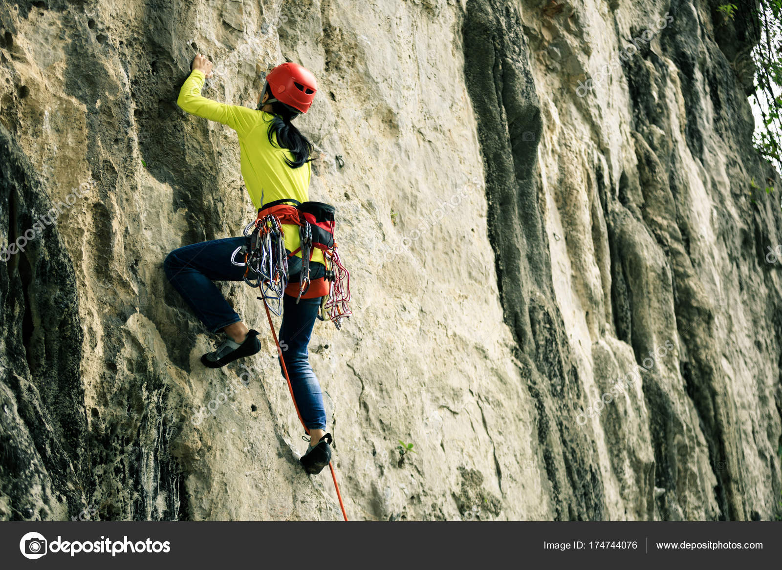 Klettersteig Weibl : Weibliche bergsteiger auf klippe u stockfoto lzf
