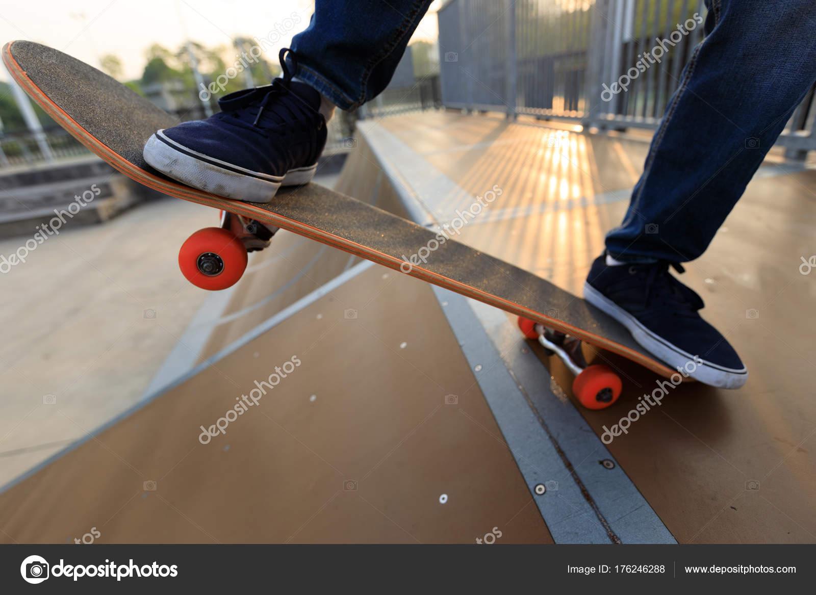 Skateboarder Beine Auf Skatepark Rampe Skateboard Stockfoto C Lzf