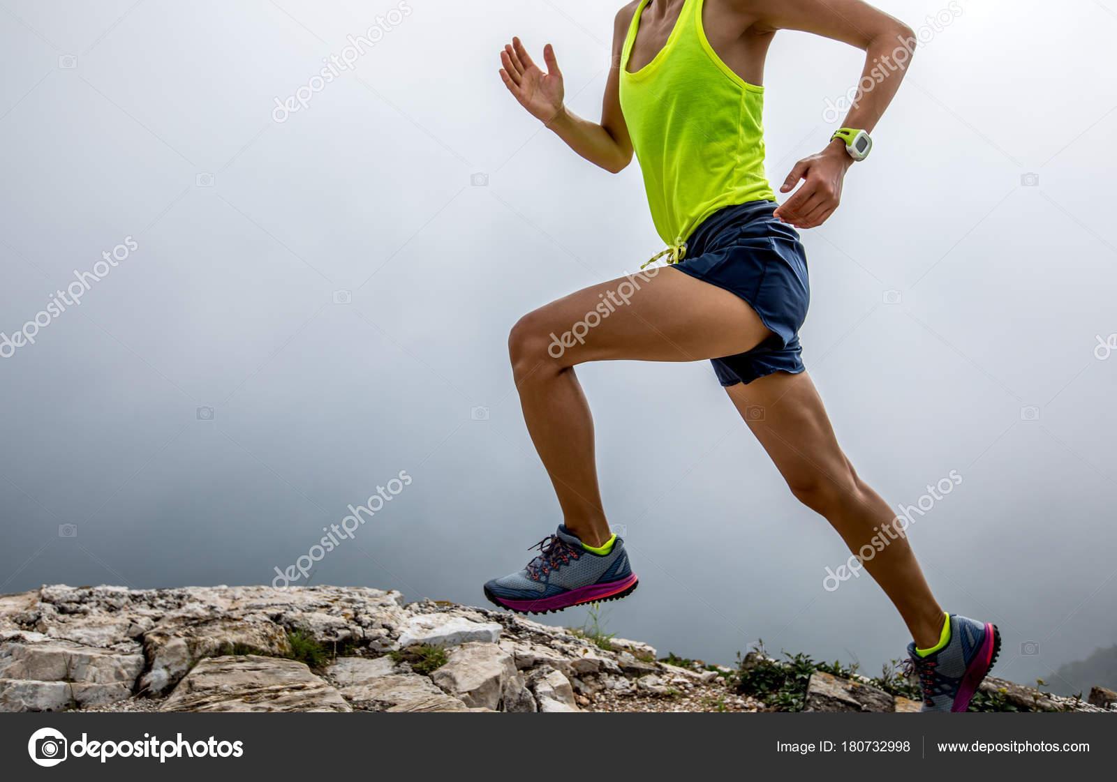 ad649e98561 Corredor de trail de mujer joven corriendo en la cima de la montaña — Foto  de ...