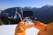 Fényképek Snowboarder távirányítóval a repülő drone, a tél a hegy tetején