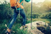 Photo backpacking woman hiker hiking in the nature