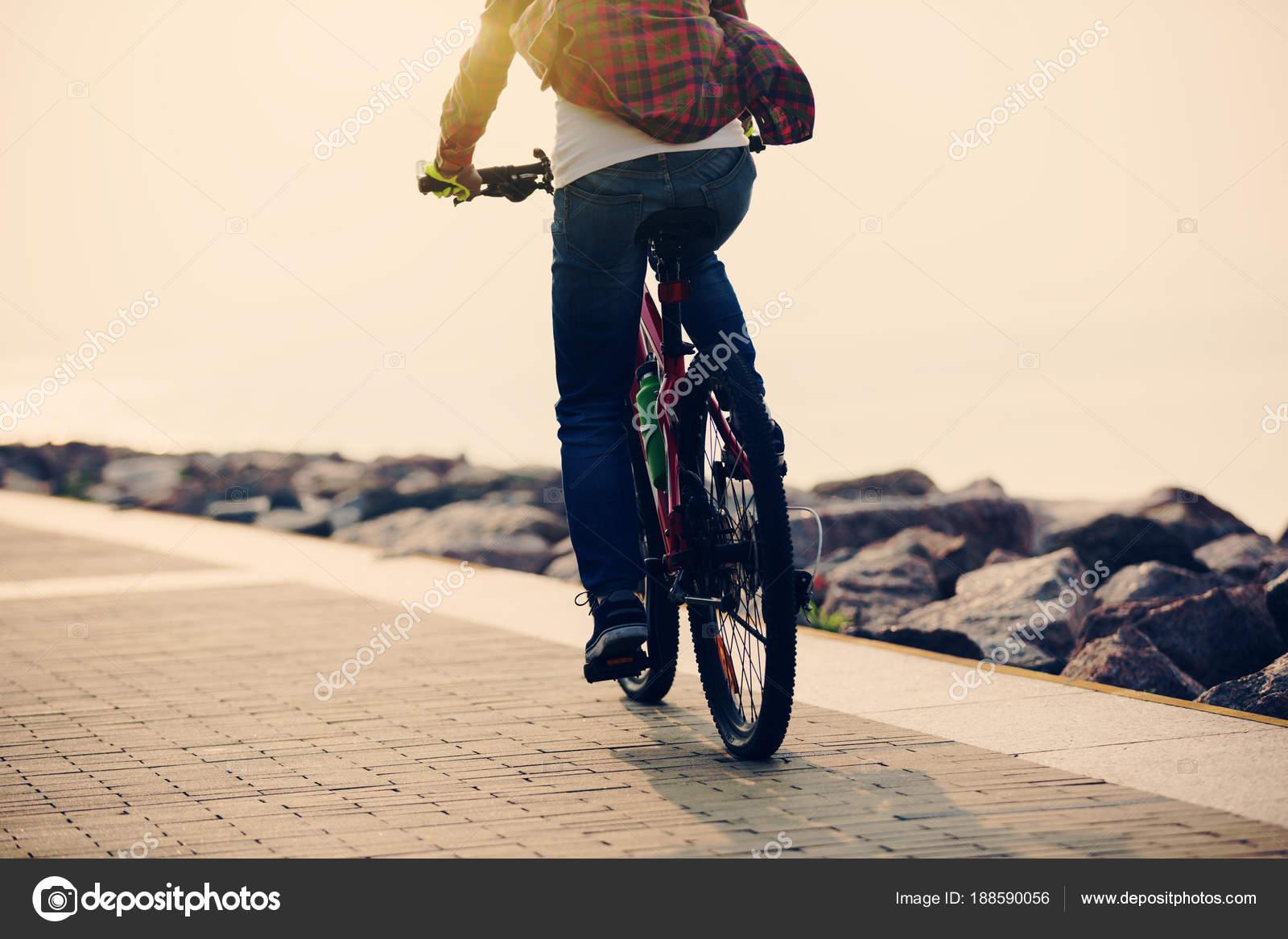 Bici Guida Del Ciclista Donna Riva Mare Foto Stock Lzf 188590056