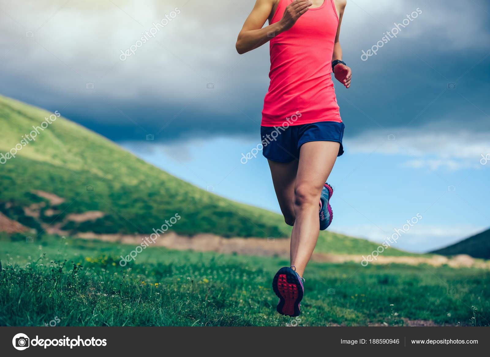 0ee312545cb Corredor Trail Mujer Fitness Correr Montaña — Fotos de Stock © lzf ...