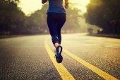 Fotografie Fitness sportovkyně běžící na stopě, pohled zezadu