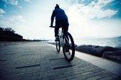 silueta cyklista jízdní kolo v silnici pobřeží sunrise