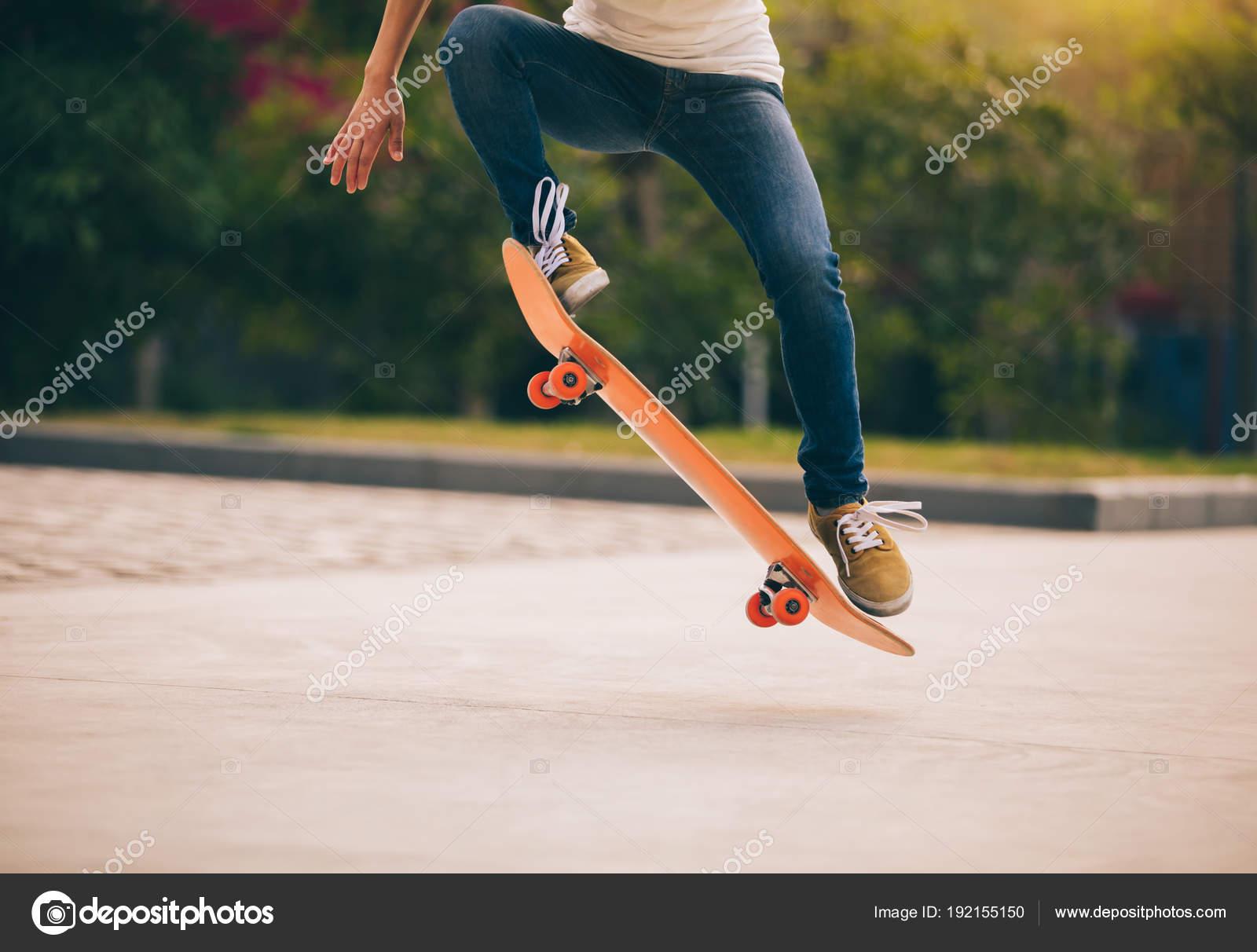 393764c8 Cortada Imagem Skatista Andando Skate Parque Estacionamento — Fotografia de  Stock