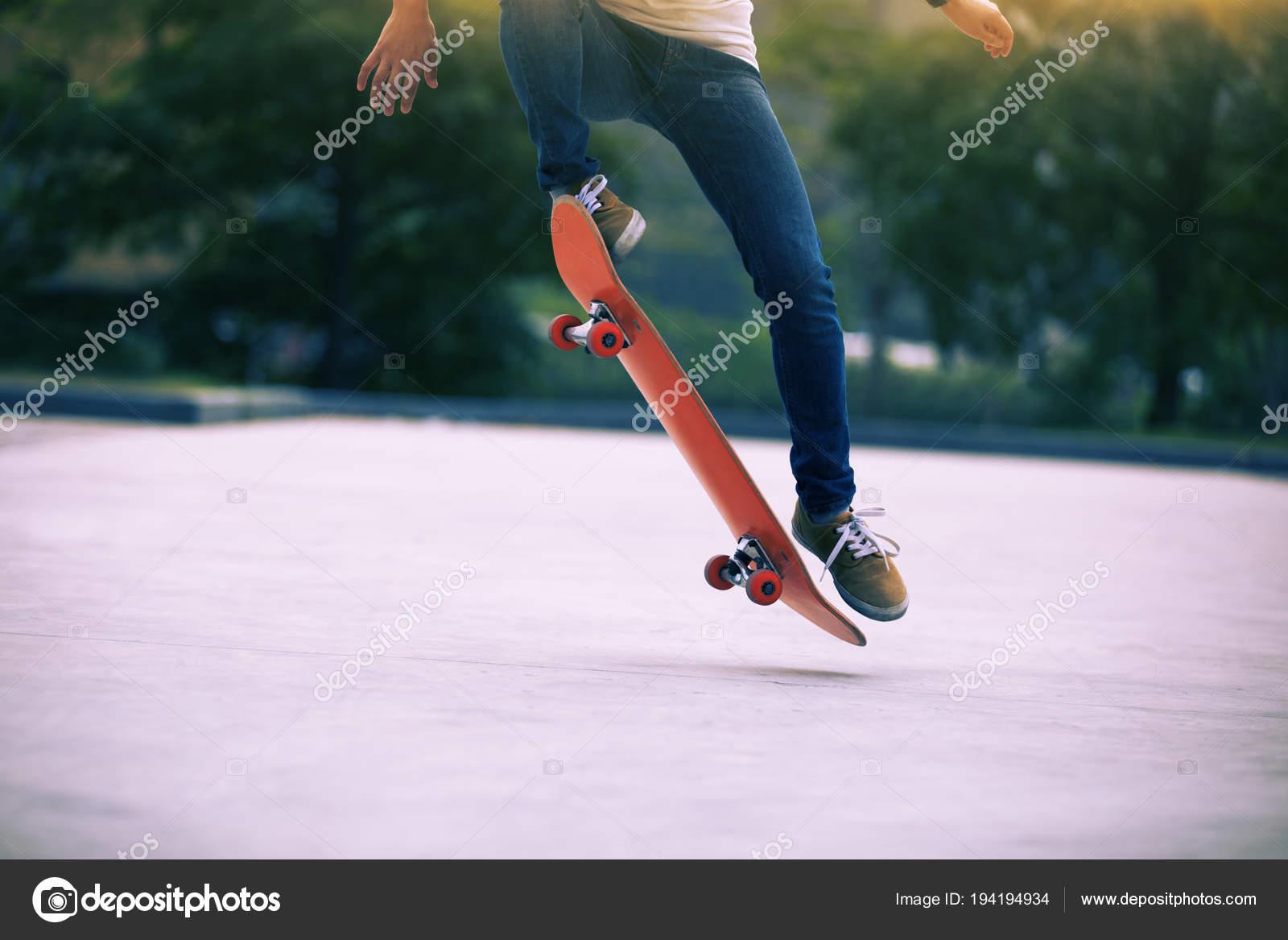 1914a25f Skatista Andando Skate Parque Estacionamento — Stock Photo © lzf ...