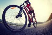 Žena cyklistka na kole na dálnici
